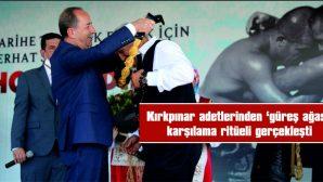 """KIRKPINAR ADETLERİNDEN """"GÜREŞ AĞASI"""" KARŞILAMA RİTÜELİ GERÇEKLEŞTİ"""