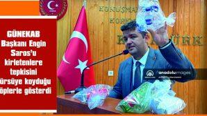 """SAROS KÖRFEZİ'Nİ KİRLETENLERE TEPKİSİNİ KÜRSÜYE KOYDUĞU """"ÇÖPLERLE"""" GÖSTERDİ"""